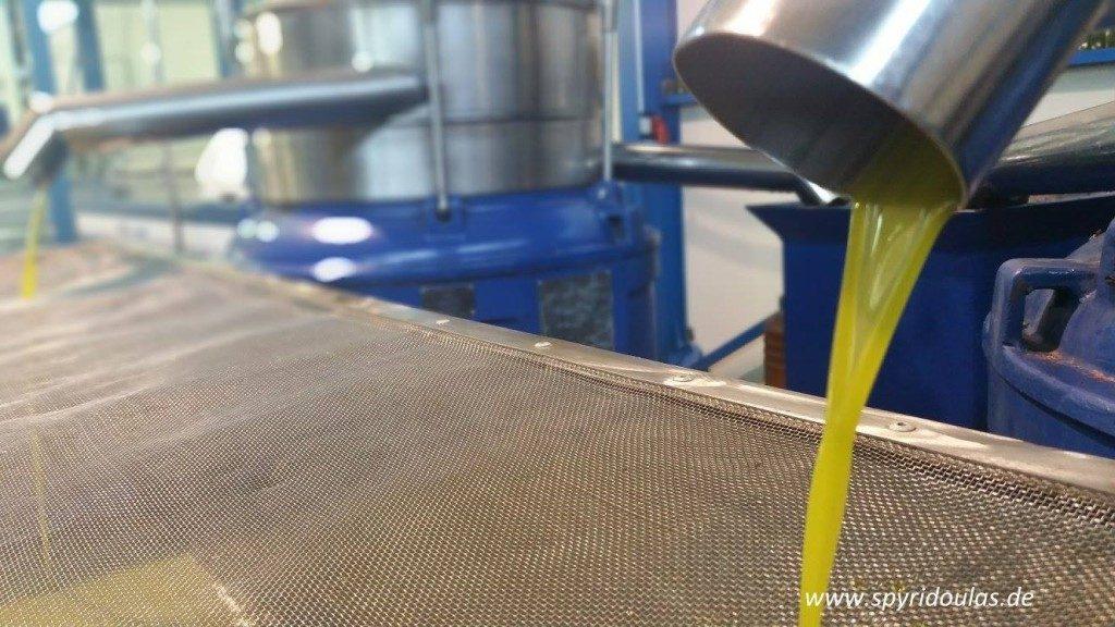 Olivenöl wird gefiltert
