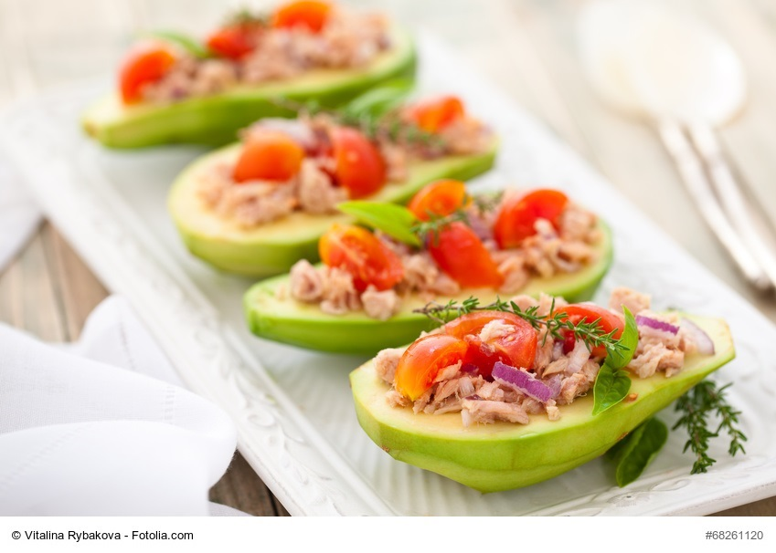 Thunfisch-Tomaten-Salat in der Avocado