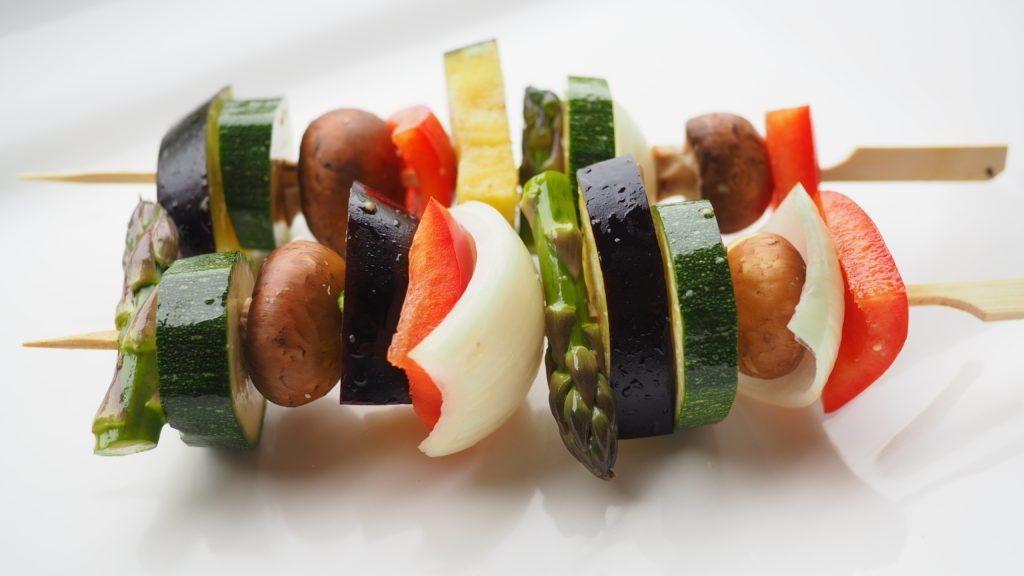 Gemüse-Spieße vor dem Grillen