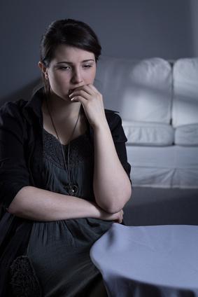 Esssucht - junge Frau in Gedanken, die sehr unglücklich wirkt