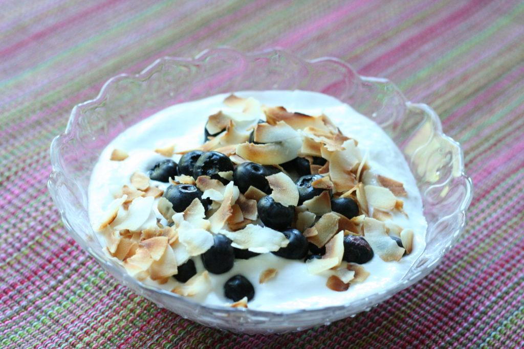 LCHF Frühstück - geschlagene Kokosmilch mit Beeren und Mandelblättchen