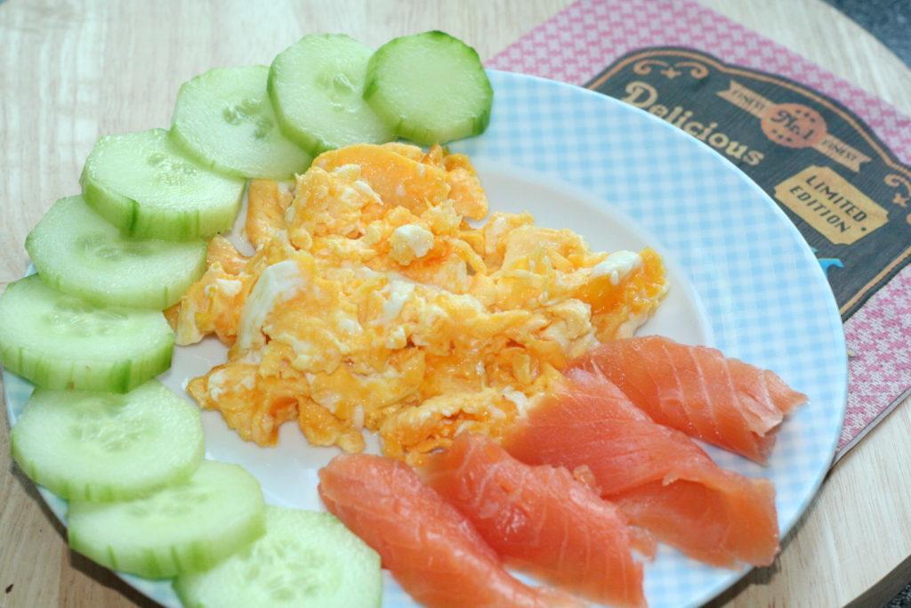 LCHF Frühstück - Rührei mit geräuchertem Lachs und Gurkenscheiben