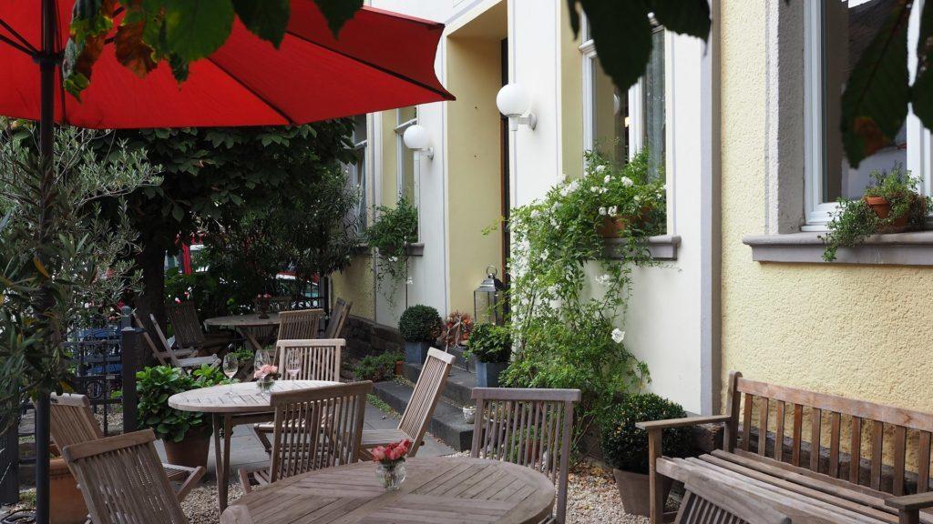Ahrtal - Draußen im Garten kann man in der Straußwirtschaft von Schumachers wirklich stilvoll sitzen