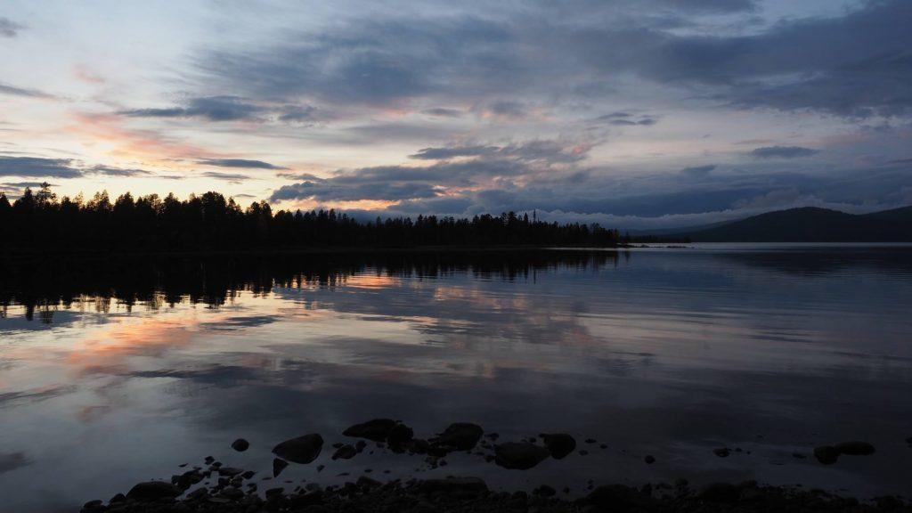 Wie viel brauchst du - Karatjsee, Lappland, im Abendrot
