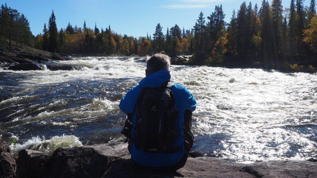 Wir wandern - mein Mann am Ufer des Pärlälven in Lappland bei einer kleinen Wanderpause