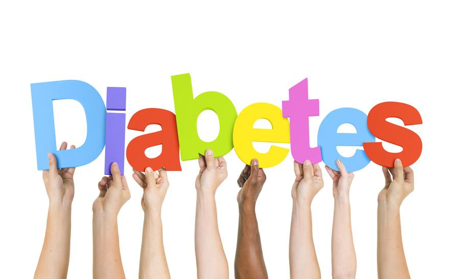 Was ist Diabetes? Hände mit Buchstaben setzen das Wort Diabetes zusammen