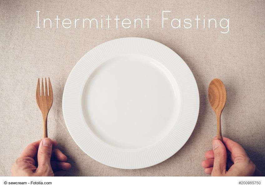 """Teller mit der Aufschrift """"Intermittent Fasting"""""""