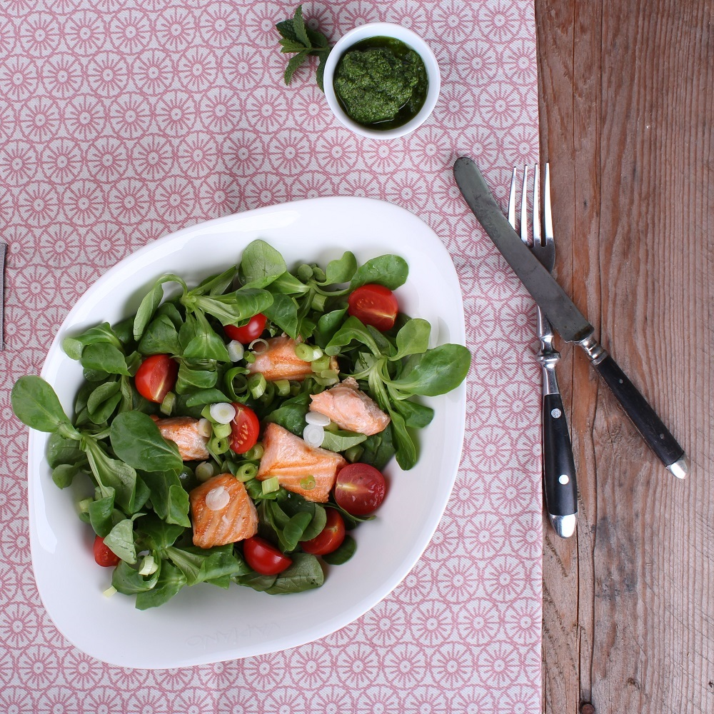 Feldsalat mit Lachswürfeln hübsch angerichtet