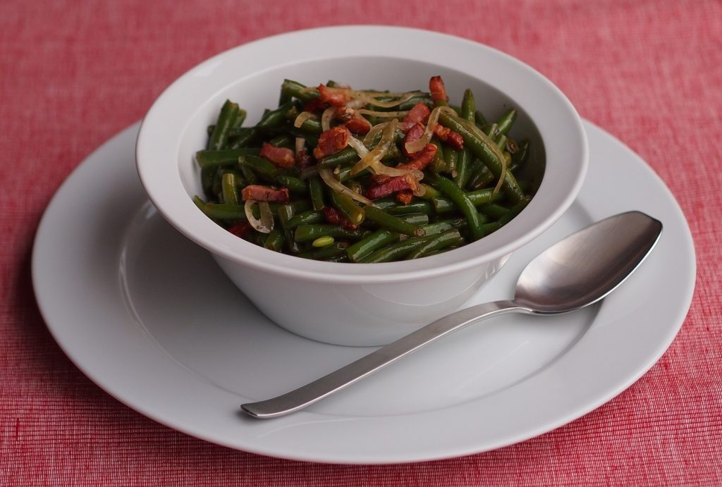 Salat aus grünen Bohnen und Speck