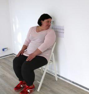 Selbsttest Beweglichkeit - Blumica sitzt auf dem Stuhl und dreht sich zur Seite