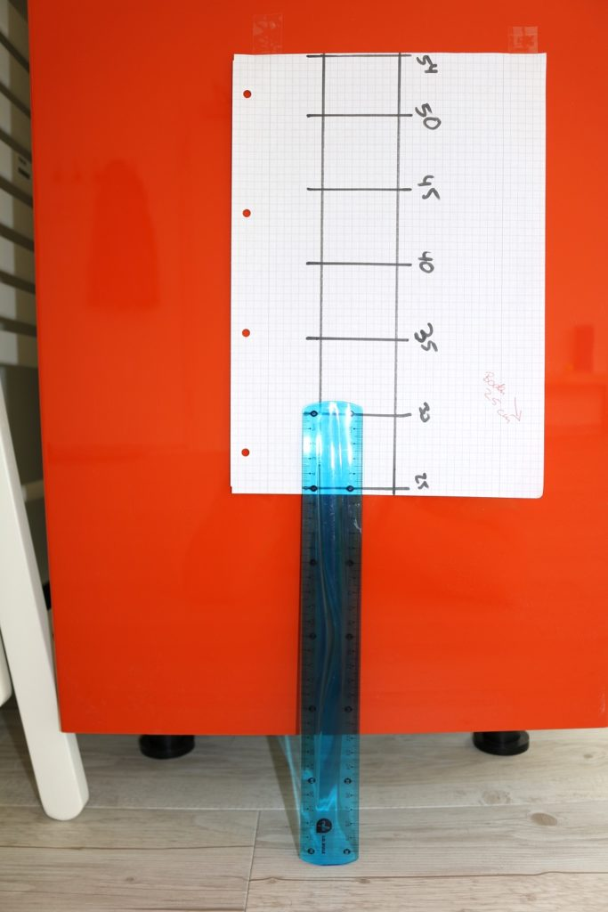 Selbsttest Beweglichkeit - die selbstgezeichnete Messlatte am Schrank