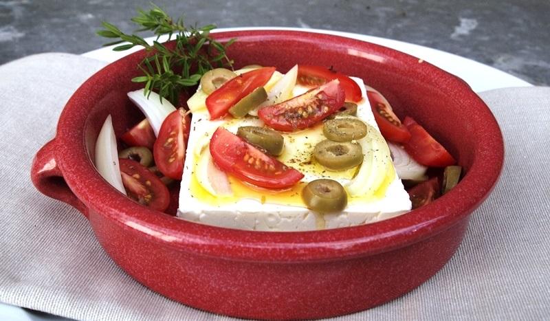 Käse küsst Käse in hübscher, roter Auflaufform