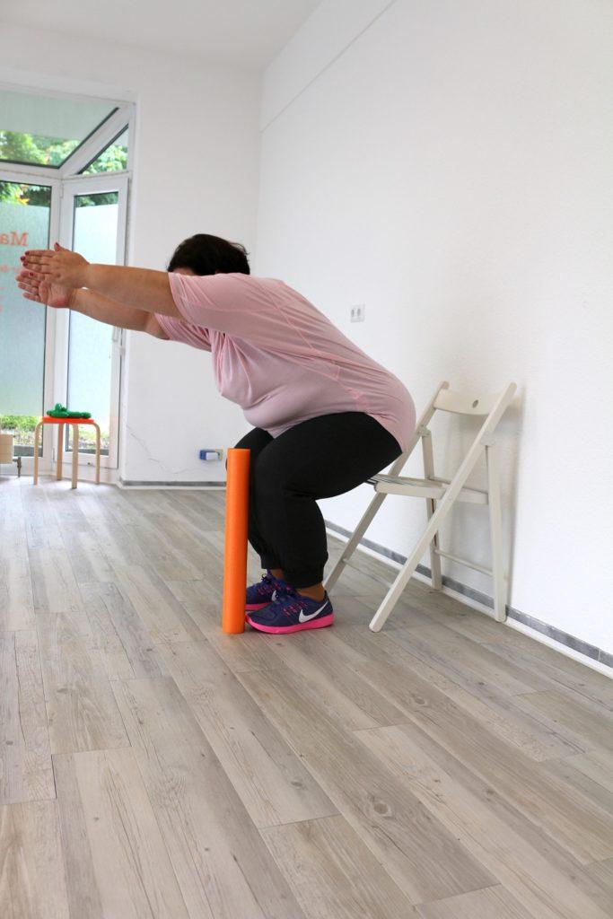 Selbsttest Kraft - Blumica bei der Kniebeuge mit Stuhl