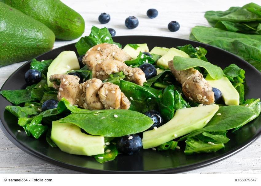 Fruchtiger Spinatsalat mit Hähnchen und Avocado