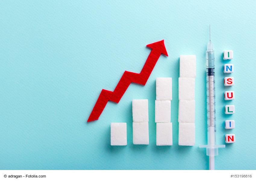 Diabetikerschulung - ansteigender Graph aus Zuckerwürfeln, am Ende steht aufrecht eine Insulinspritze